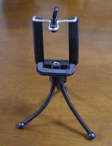 ダイソー(100均)のスマホスタンドのレビュー!カメラ用三脚に固定も可能なの?